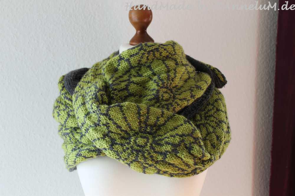 Chrysanthemen Schal gestrickt von AnneluM