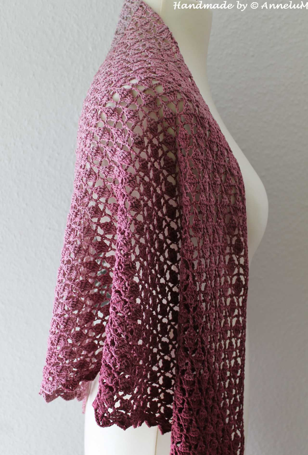 Dragon Scale Tuch in grau-lila das Muster wie eine Drachenhaut.