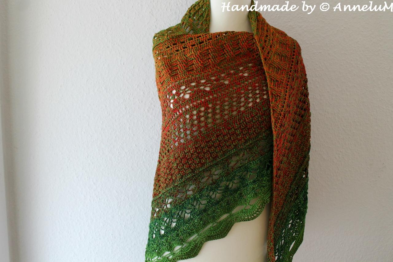 Großes gehäkeltes Dreiecktuch in Erd- und Grüntönen