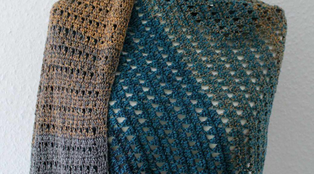 Schal namens Starlit Sky. Twister mit einem blau-grau-hellbraunen Farbverlauf.