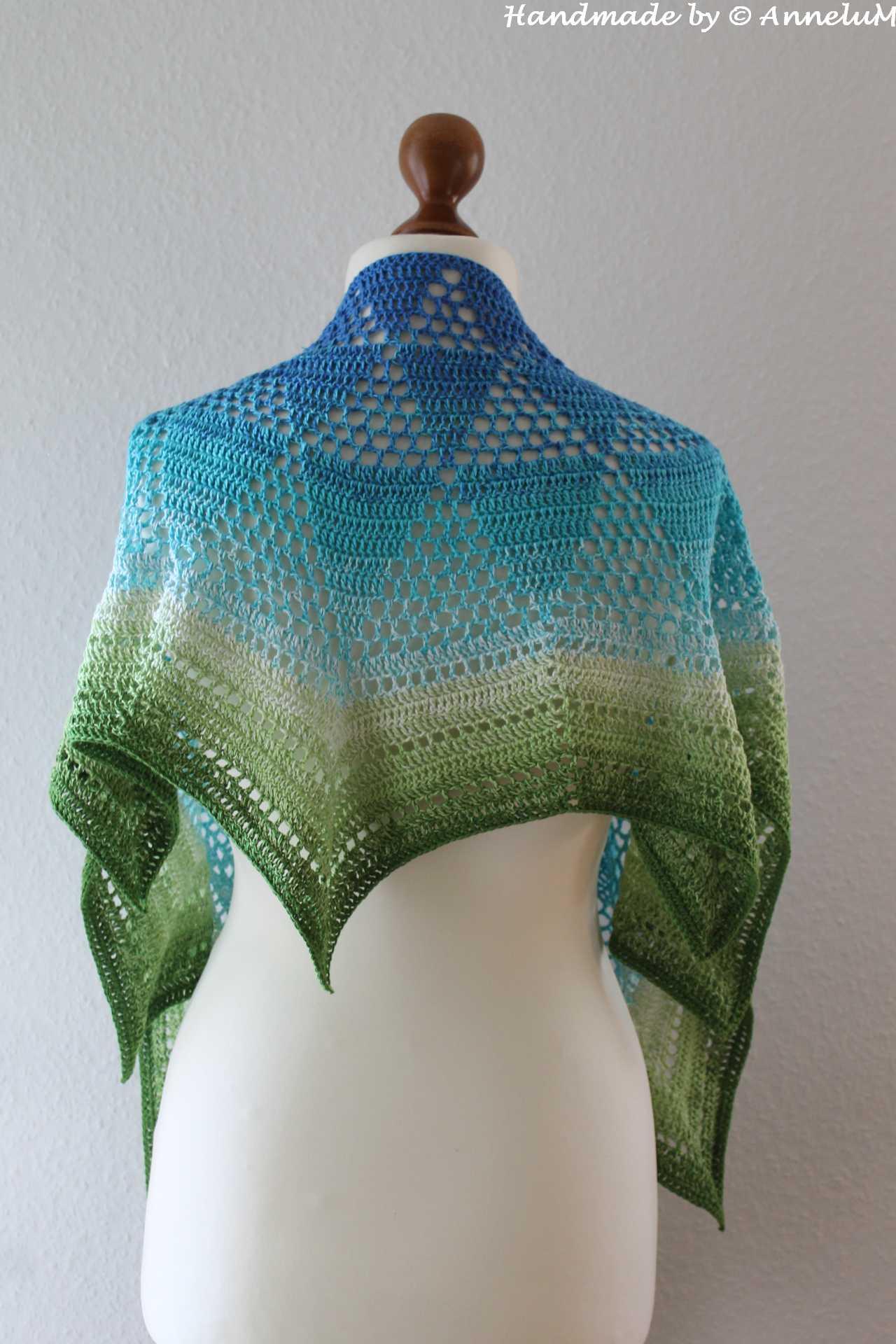 Häkeltuch mit Farbverlaufswolle von Blau bis Grün